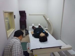 二重エネルギーX線吸収測定法(DXA)により、体脂肪量と骨密度を測定。大変高価な機器による高精度の測定方法です。