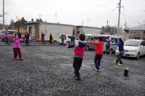 細根沢仮設住宅、砂利敷の地面での指導。まだ少し寒い中、皆さん参加してくださいました。