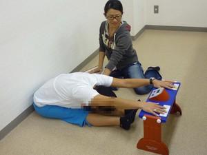 座位体前屈で柔軟性を測定。